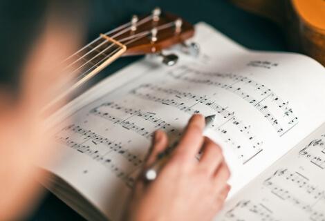楽譜を読む様子