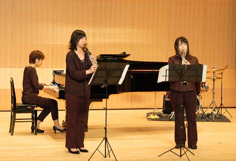 ホールで演奏する女性