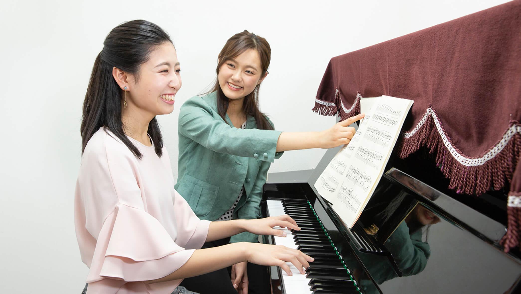 楽しそうにピアノを弾く女性