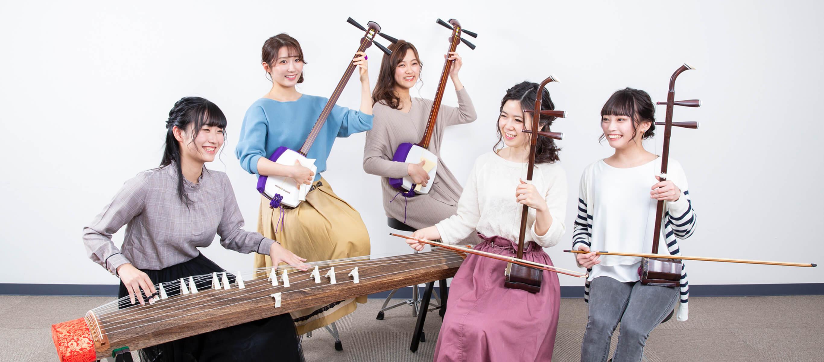琴、三味線、二胡を演奏する女性たち