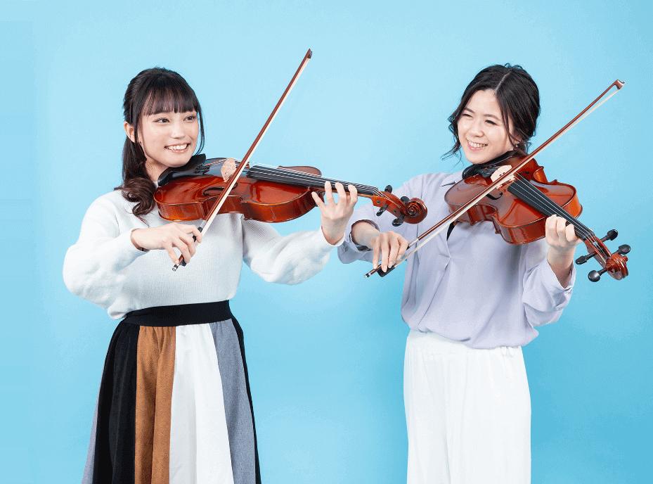 楽しそうにバイオリンを弾く女性