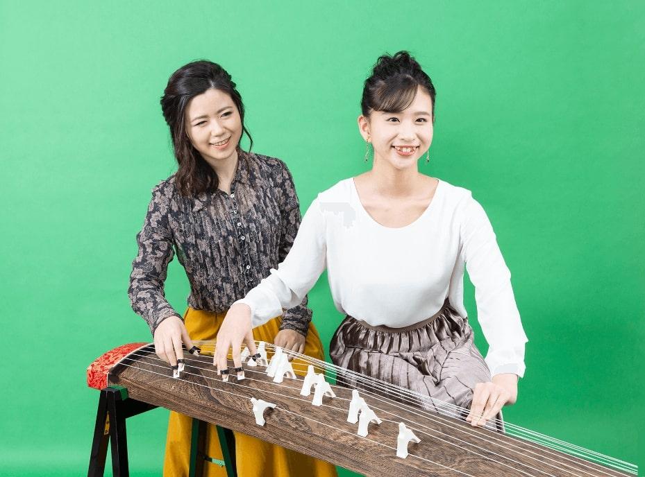 楽しそうにお琴を弾く女性
