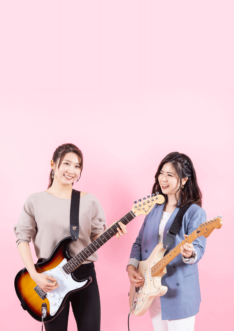 楽しそうにギターを弾く女性